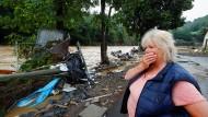 Ein Frau blickt auf die Ahr: Die Fluten hinterlassen Zerstörung.