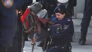 Nicht zu rechtfertigen: Das Vorgehen der Sicherheitskräfte in Wien gegen einen Klimademonstranten im Mai dieses Jahres hatte landesweite Debatten über Polizeigewalt ausgelöst. (Archivbild)
