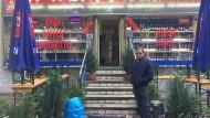 """""""Damit verdienst du so gut wie nichts."""": Nicolay vom Khan Kiosk in Frankfurt Bornheim. Kioske und Spätis leiden unter der Corona-Pandemie."""