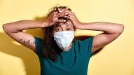 Pandemie statt Party: Die Generation Corona wird nach Einschätzung der Wissenschaft risikoscheu und sparsam sein.