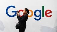 Eine Frau vor einem Google-Schriftzug in Paris