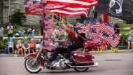 Ein Harley-Fahrer auf einer Parade in Milwaukee