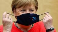 Also doch: Nie hatte sich Angela Merkel bislang im Regierungsviertel mit Maske gezeigt. Jetzt war es so weit: am Freitag im Bundesrat.