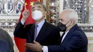Irans Außenminister Jawad Zarif (rechts) und Chinas Außenminister Wang Yi am Samstag in Teheran