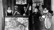 Im Oktoberfest sah Thomas Wolfe nur eine Bierhölle. Aber was hätte er wohl zum Auftritt Liesl Karlstadts, Bertolt Brechts und Karl Valentins (von links) dort gesagt?