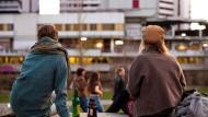 Menschen genießen am Abend das Frühlingswetter in Hannover. Ab April gilt dort eine nächtliche Ausgangssperre.