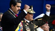 """Nicolás Maduro (links) und sein Verteidigungsminister Vladimir Padrino Lopéz. """"Nur über unsere Leichen"""" werde die Armee eine andere Regierung unterstützen, so Lopéz."""