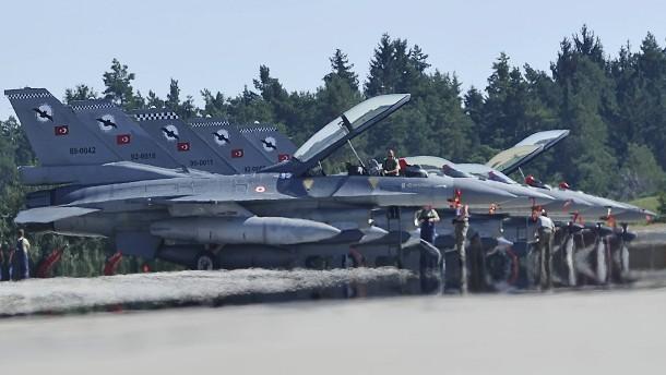 """© Picture-Alliance Türkische Kampfflugzeuge vom Typ F-16 """"Fighting Falcon"""" 2013 auf der amerikanischen Luftwaffenbasis in Ramstein"""