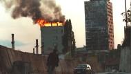 Brennendes Hochhaus in Sarajevo, 19. Juni 1995, fotografiert von Anja Niedrighaus