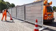 Paradoxie des modernen Straßenverkehrs: Undurchsichtiges soll Sicherheit schaffen. Der Landesbetrieb Straßenbau und Verkehr Schleswig-Holstein entwickelte diesen mobilen Sichtschutz zur Abwehr von Gaffern.