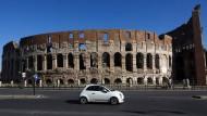Ein Fiat 500 vor dem Kolosseum in Rom