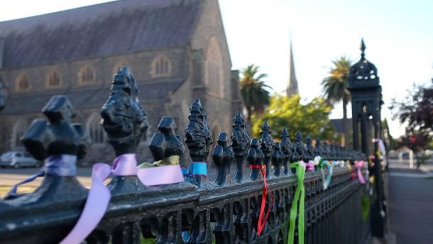 © Till Fähnders Wider das Schweigen: An Kirchen in Ballarat erinnern Bürger mit bunten Bändern an Opfer.