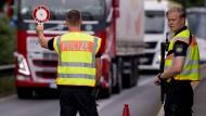 Polizisten kontrollieren an der Kontrollstelle Kiefersfelden an der Autobahn 93 (A93) Fahrzeuge, die aus Österreich nach Deutschland kommen.