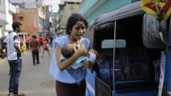 Neue Bombenfunde lassen die Menschen auf Sri Lanka nicht zur Ruhe kommen. Sie haben Angst, das Land ist gespalten.