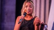 Jia Tolentino im Juli 2017 auf einer Bühne in New York
