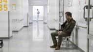 Kommissar in der Klinik: Peter Faber (Jörg Hartmann) fühlt sich unwohl