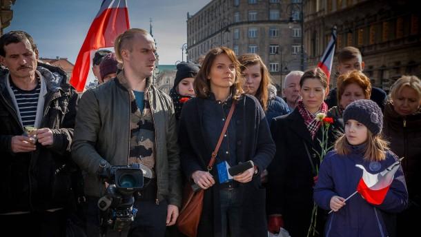 © Jacek Piotrowski Sie deckt im Film die vermeintliche Verschwörung auf: Die Journalistin Nina Dziennikarka (Beata Fido, Mitte) beginnt mit der Recherche.