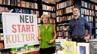 Monika Grütters und Jo Lendle in der Buchhandlung Kohlhaas & Company
