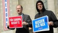 """""""In der öffentlichen Wahrnehmung Sonneborns Projekt"""": Martin Sonneborn und Nico Semsrott 2019 vor der Berliner Volksbühne."""