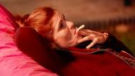 Der Zweck und die Mittel: Mina (Yasmina Djaballah) raucht aus therapeutischen Grüden einen Joint.