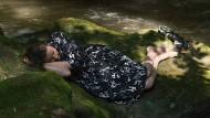 """Die Bilder sind so wenig dazu da, dass man es sich darin gemütlich macht, wie die Natur dazu da ist, darin zu wohnen: Astrid (Maren Eggert) ganz allein in einer Szene aus Angela Schanelecs """"Ich war zuhause, aber ...""""."""