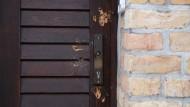 Nur diese Tür verhinderte am 9. Oktober des vorigen Jahres das Schlimmste: Eingang zur Synagoge in Halle nach dem Anschlag.