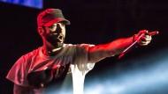 Er erkennt die frauenfeindliche Niedertracht mancher seiner Texte, kommt aber doch nicht darüber hinaus: Eminem