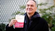 Ein Mann, ein Buch: Hervé Le Tellier als frisch gekürter Goncourt-Preisträger mit seinem ausgezeichneten Roman