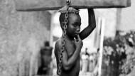 Kein Entrinnen aus der ewigen Sklaverei: Bestrafung eines versklavten Jungen, Sansibar, 1890.