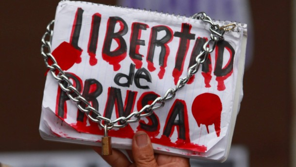 """© dpa Auch nach einem Jahr waren die Umstände seine Todes noch ungeklärt: Schild mit der Aufschrift """"Pressefreiheit"""" auf einer Demonstration für den Fotojournalisten Ruben Esinosa in Mexiko-Stadt Ende Juli 2016."""