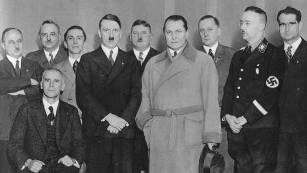 © Picture-Alliance Als sie an die Macht kamen, war kein Frieden mehr möglich: Die Führungsriege der NSdAP, 1933.