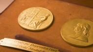 Diese undatierte Aufnahme zeigt Front- und Rückseite der Pulitzer-Medaille.