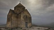 """Albanisiert: Diese im siebten Jahrhundert erbaute Kirche in Nagornyj Karabach verlor bei einer """"Restauration"""" ihr Reliefkreuz und die armenische Inschrift."""