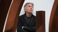 Bernar Venet 2019 in Berlin inmitten seiner Skulpturen
