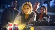 Von links nach irgendwie, irgendwo, irgendwann: Sinclair (Tosin Cole), Doctor (Jodie Whittaker), netter alter weißer Mann (Bradley Walsh) und Yaz (Mandip Gill)
