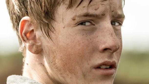 © © Zum Goldenen Lamm/Boris Laewen Er ist erst Vierzehn, im Erziehungslager wird ihm seine Jugend genommen: Wolfgang (Louis Hofmann) leistet Widerstand, solange er kann.