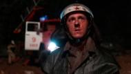 Der Feuerwehrmann Vasily Ignatenko (Adama Nagaitis) im Angesicht der Katatsrophe. Sie wird auch ihn das Leben kosten.