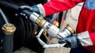 Verbraucher bestellen derzeit Heizöl, als gebe es kein Morgen. So können sie vom massiven Preisverfall nicht profitieren.