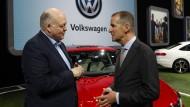 Ford-Präsident und CEO Jim Hacket mit Herbert Diess (rechts), dem Vorstandsvorsitzenden von Volkswagen