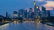 Finanzplatz Frankfurt: Immer mehr Banken verlangen Negativzinsen aufs Ersparte.