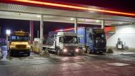 An der Tankstelle zahlen Autofahrer seit dem Jahreswechsel mehr. Zum Teil aus vernünftigen Gründen des Klimaschutzes.