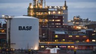 Noch brennt das Licht und fließt die Steuer: Chemieanlagen von BASF in Ludwigshafen.