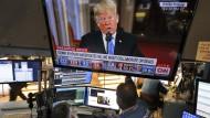 Trader an der New Yorker Börse sehen die Nachrichtenkonferenzen von Präsident Donald Trump.