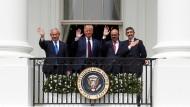 Israels Ministerpräsident Benjamin Netanjahu, der amerikanische Präsident Donald Trump und die Außenminister Bahreins und der Vereinigten Arabischen Emirate, Abd al Latif Al Zayani und Abdullah Bin Zayed grüßen am 15. September vom Balkon des Weißen Hauses.