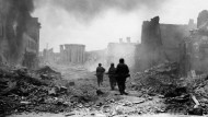 Deutschland am Boden: Infanteristen der amerikanischen Armee suchen im Frühjahr 1945 in den Ruinen von Zweibrücken nach Scharfschützen der Wehrmacht.