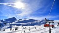 Bleibt die Piste leer? Eine Skipiste und ein Sessellift im österreichischen Skigebiet Flachau-Wagrain-St. Johann im Februar 2019 (Symbolbild)