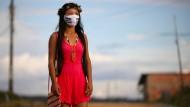 """Auf ihrer Maske steht """"Indigenous lives matter"""" - Portrait von Vanda."""