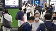 Japan, Tokio: Der Eingang des Bahnhofs Shimbashi ist überfüllt mit Fahrgästen, nachdem der Zugverkehr nach einem Erdbeben eingestellt wurde.