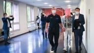 Hamburg: Der Angeklagte wird zu Beginn des Prozesses in Handschellen zum Gerichtssaal begleitet.