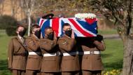 """Salutschüsse und Live-Übertragung: Trauerfeier für britischen Pandemiehelden """"Captain Tom"""""""